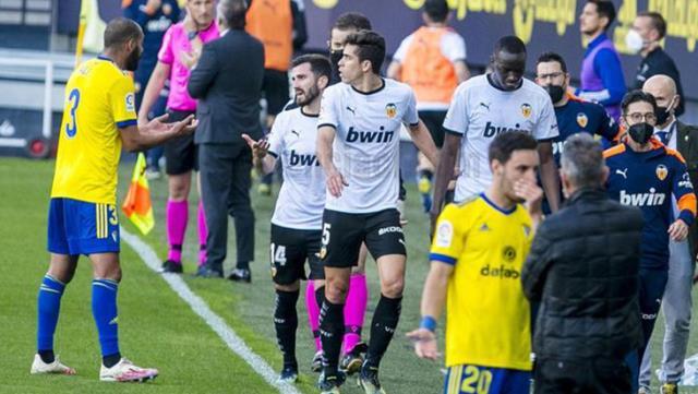 İspanya La Liga'da oynanan Cadiz-Valencia karşılaşmasına ırkçılık skandalı damga vurdu